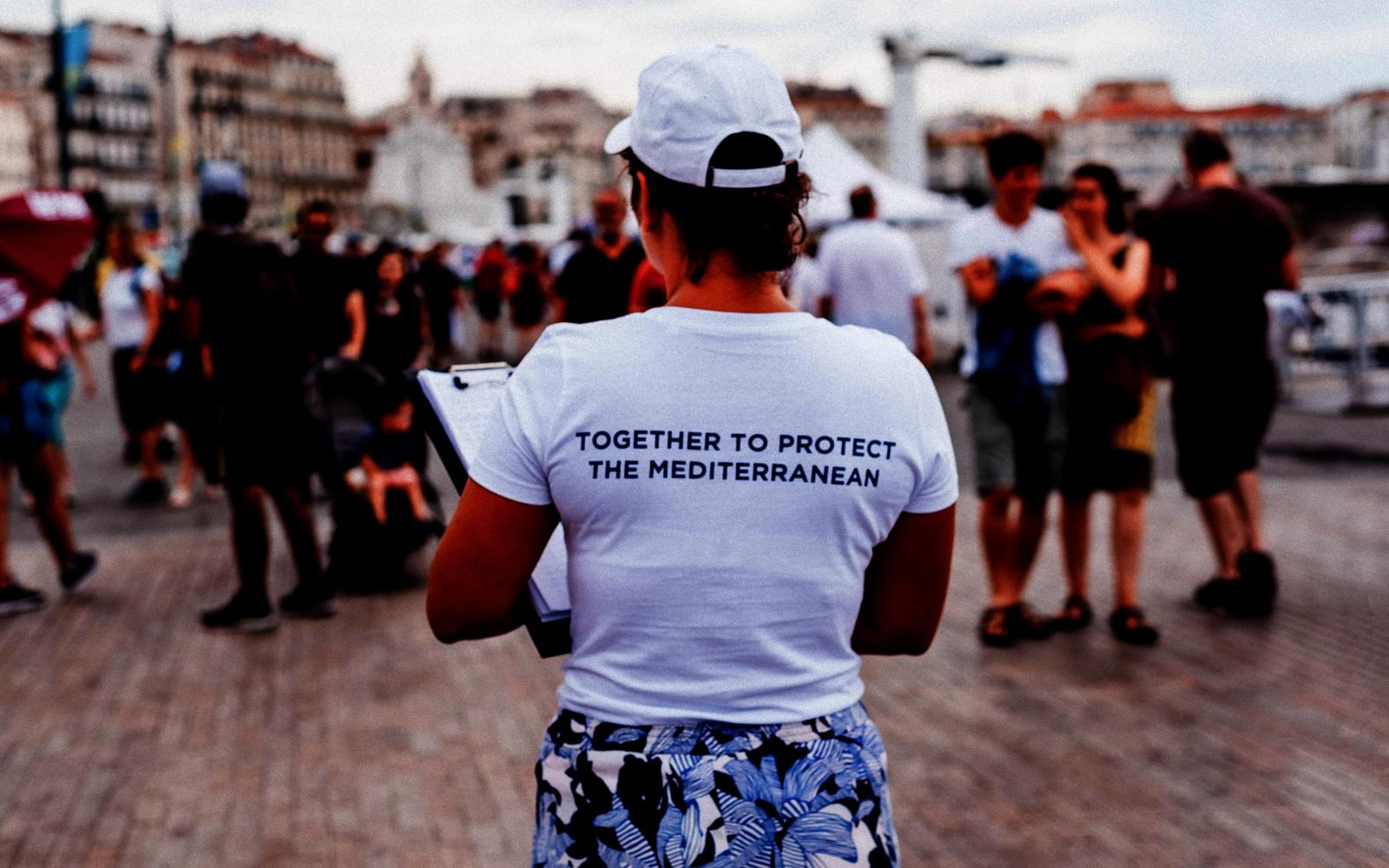 "Femme de dos avec t-shirt ""Together to protect the Mediterranean"""