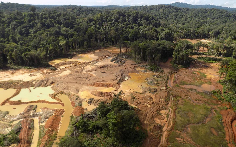 Vue aérienne en Guyane d'un site d'orpaillage illégal
